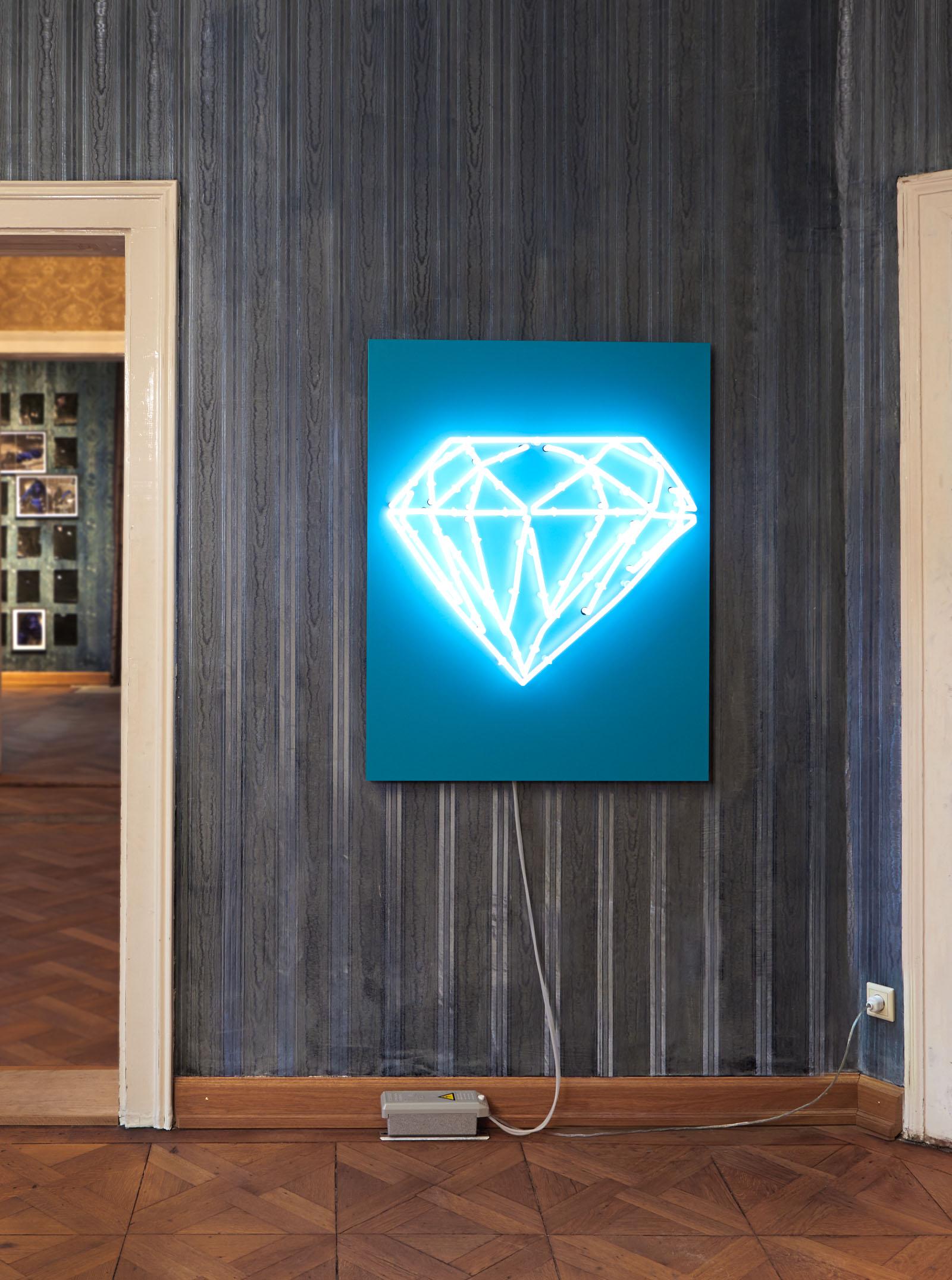 """Installationsansicht der Ausstellung """"BEIDES"""" – Leuchtobjekt: Markus Uhr"""