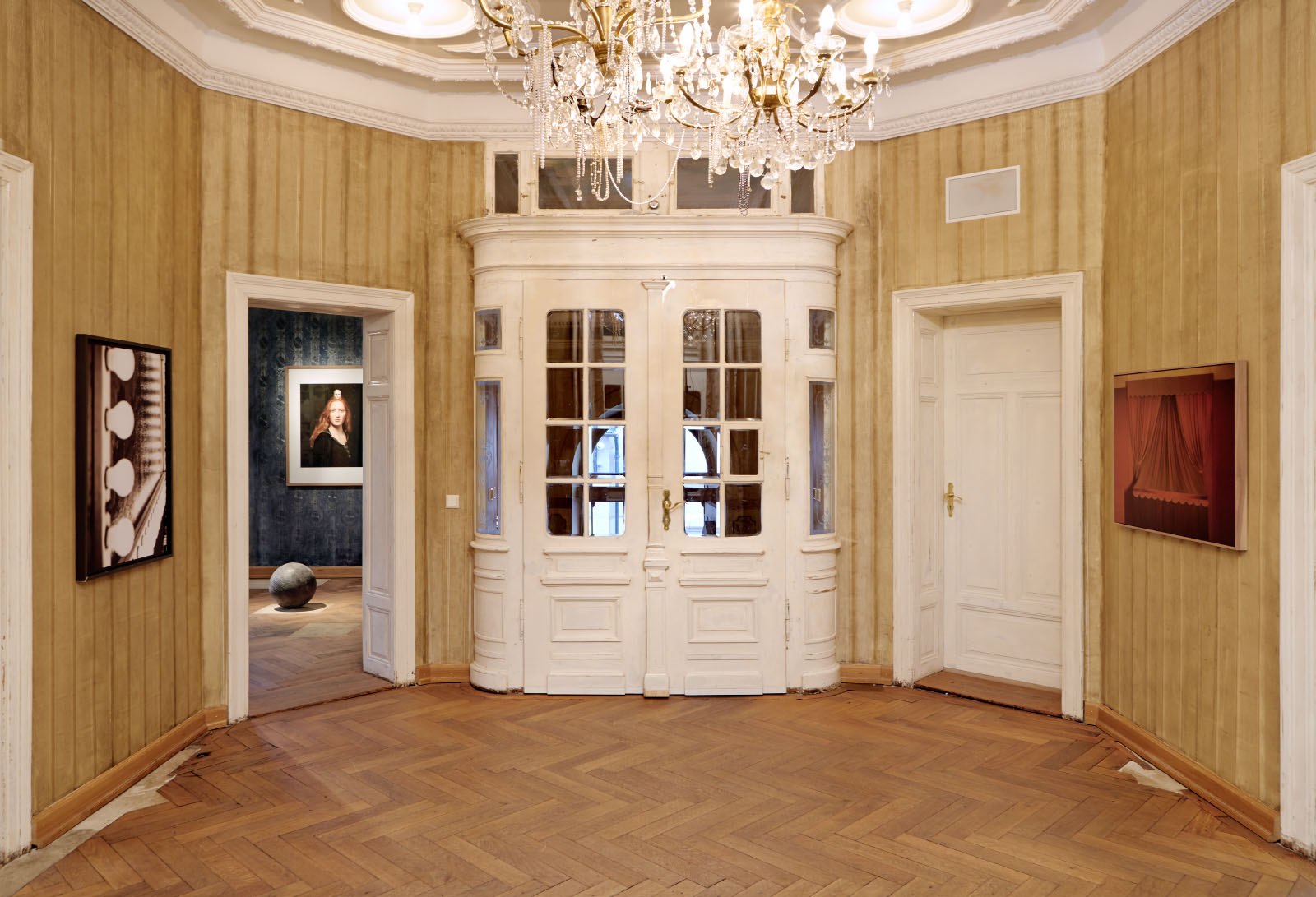 """Installationsansicht des Foyers der Ausstellung """"BEIDES"""" – Markus Uhr und Bernhard Prinz"""
