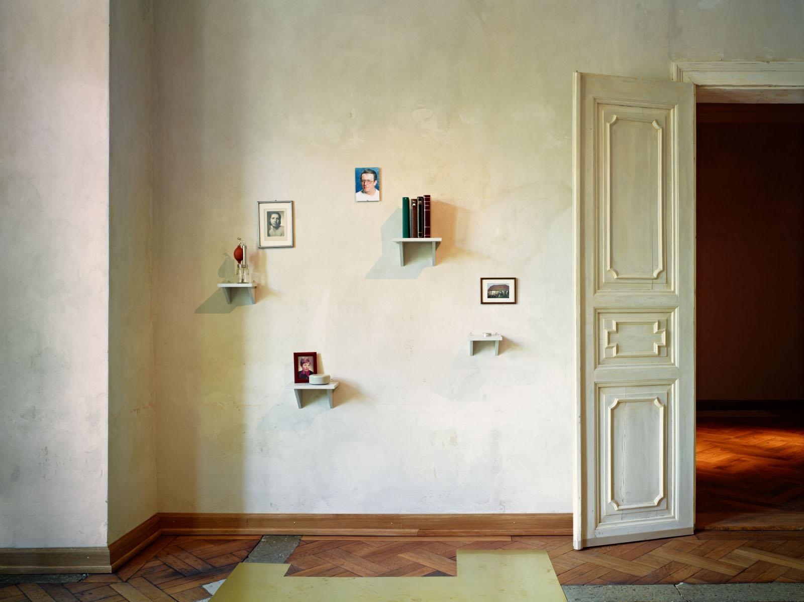 """Installationsfoto aus der Gruppenausstellung """"Spargelspitzen"""" – Wandinstallation: Janis Lohrengel"""