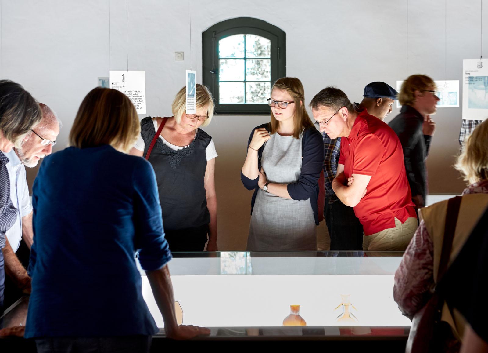 """Fotodokumentation der Ausstellung """"Edition Gernheim: Junges Glas-Design im Industriemuseum Glashütte Gernheim"""""""