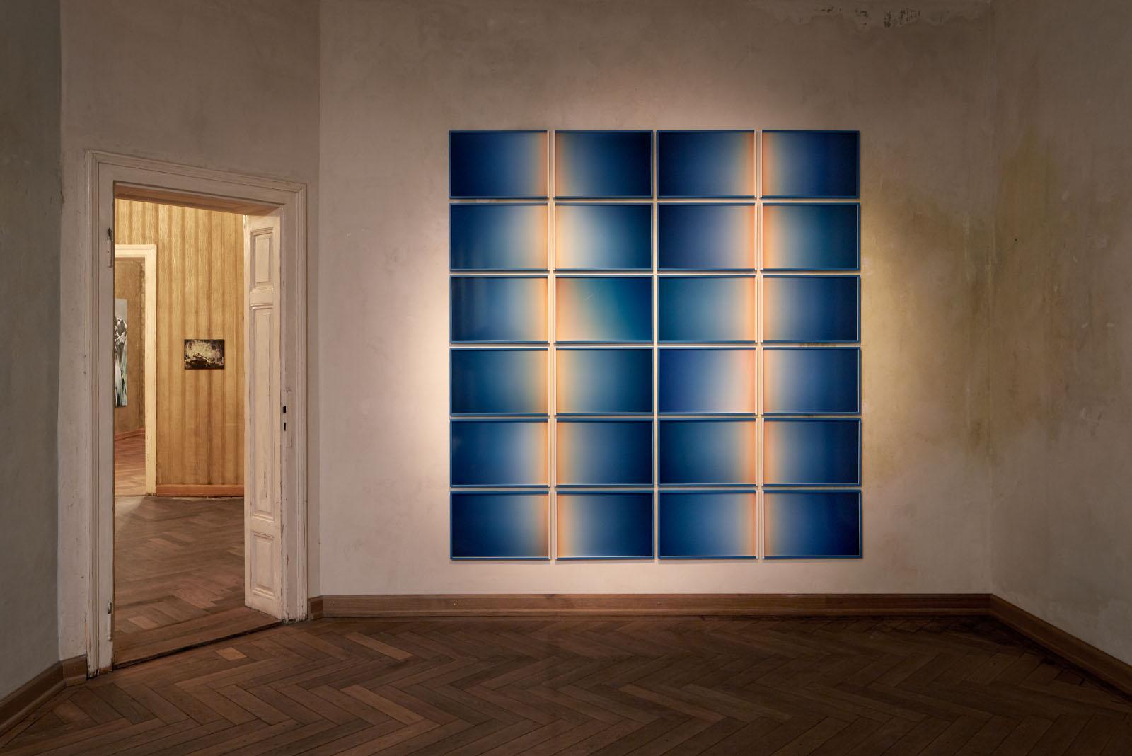 """Ausstellungsansicht der Gruppenausstellung """"Deine blauen Augen sind mir scheißegal"""" – Fotoinstallation: Edgar Leciejewski"""