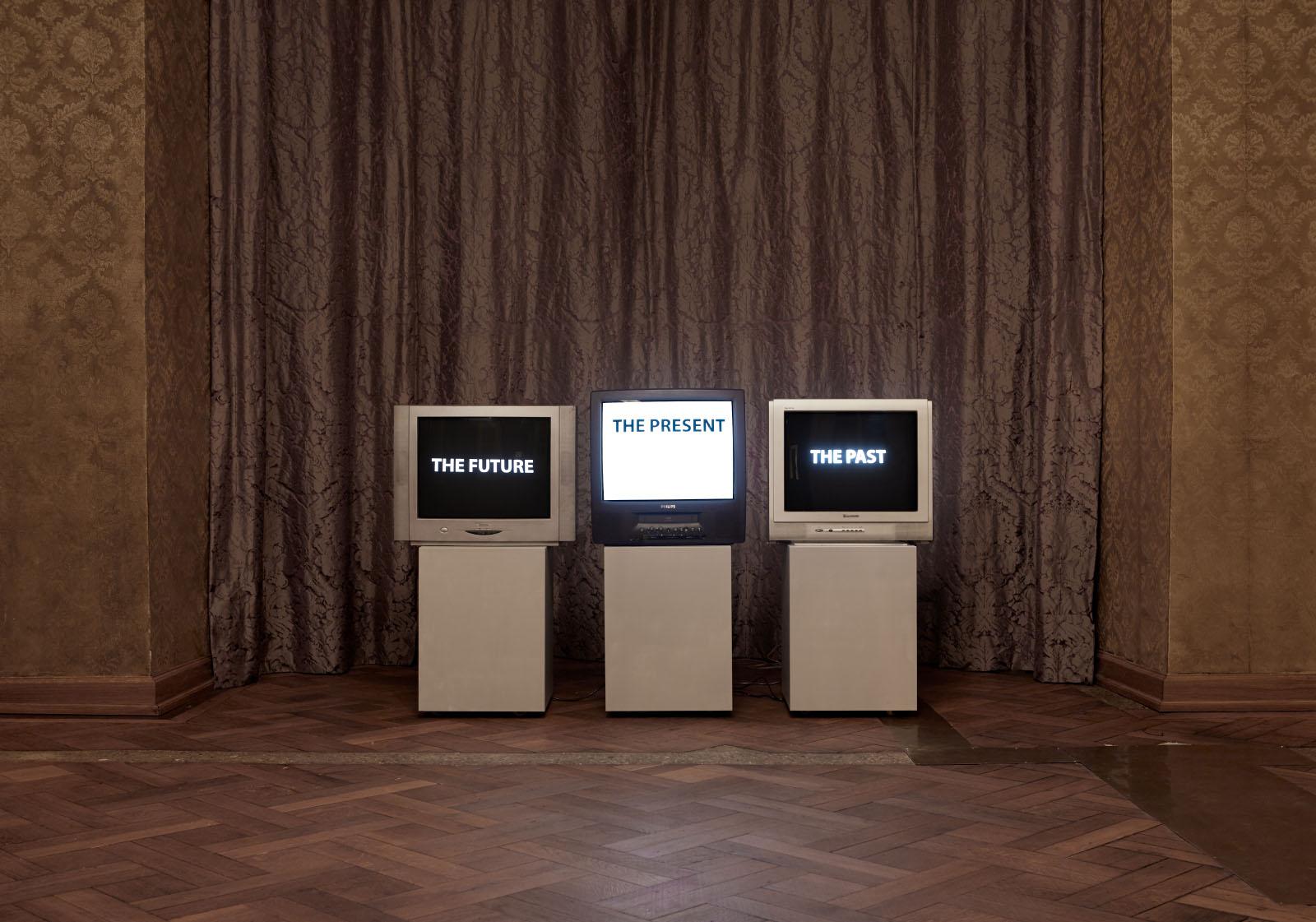 """Ausstellungsansicht der Gruppenausstellung """"Deine blauen Augen sind mir scheißegal"""" – Videoinstallation: Doreen Schuster"""
