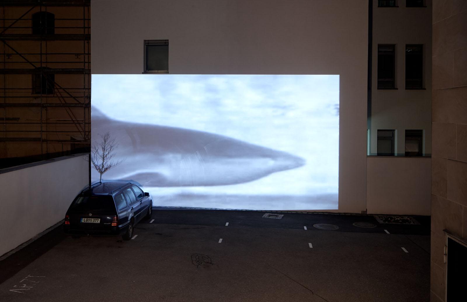 """Ausstellungsansicht der Gruppenausstellung """"Deine blauen Augen sind mir scheißegal"""" – Videoarbeit: Doreen Schuster"""