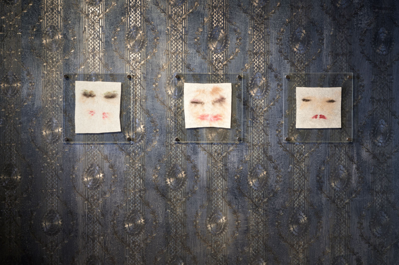 """Ausstellungsansicht der Gruppenausstellung """"Deine blauen Augen sind mir scheißegal"""" – Schminktücher: Doreen Schuster"""